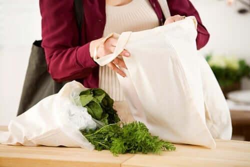 Женщина хочет сшить тканевую сумку