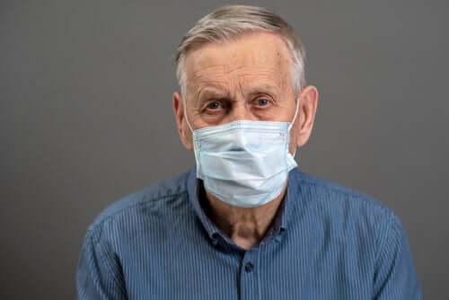 Пожилой человек и коронавирус